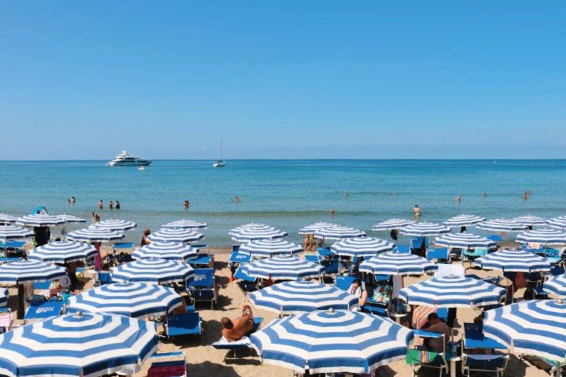 Darse un baño en la playa es un obligatorio que hacer en Cefalú
