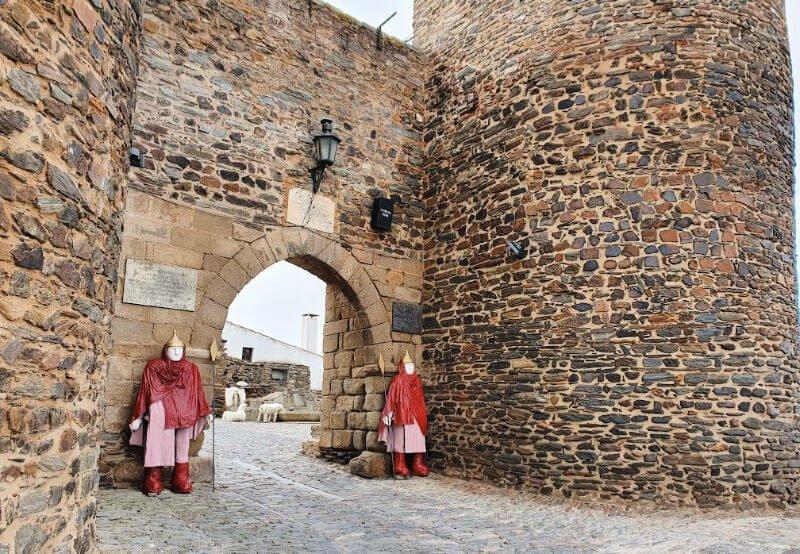 Porta da Vila y sus protectores en Monsaraz