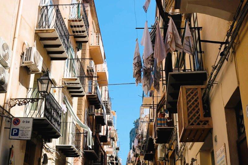 Ropa tendida y balcones típicos sicilianos