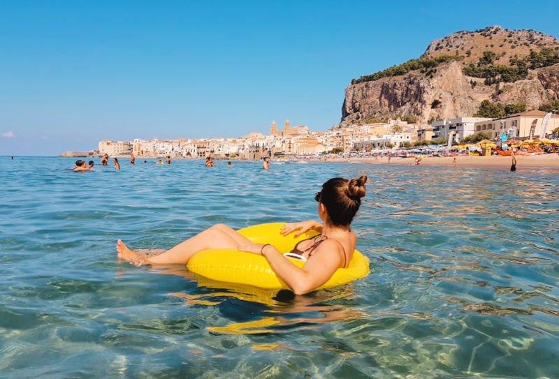Un baño refrescante en la playa - Qué ver en Cefalú