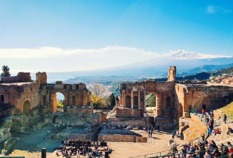 Vistas al Etna desde el anfiteatro de Taormina