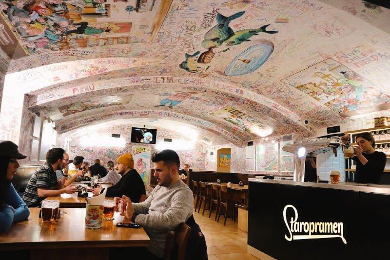 Dónde comer en Praga con ambiente joven