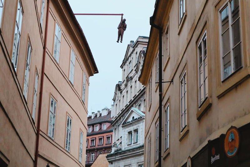 La escultura de Sigmund Freud colgando en la capital checa