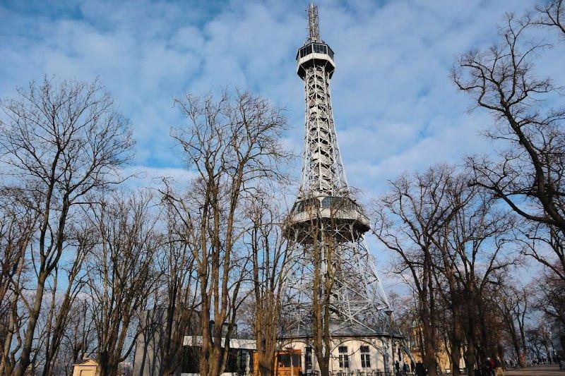 La Torre Eiffel praguense en la colina Petrin