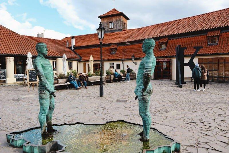 Los meones, esculturas de Cerny en Praga