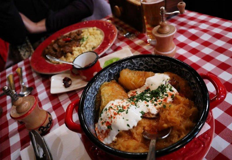 Comer comida tradicional húngara
