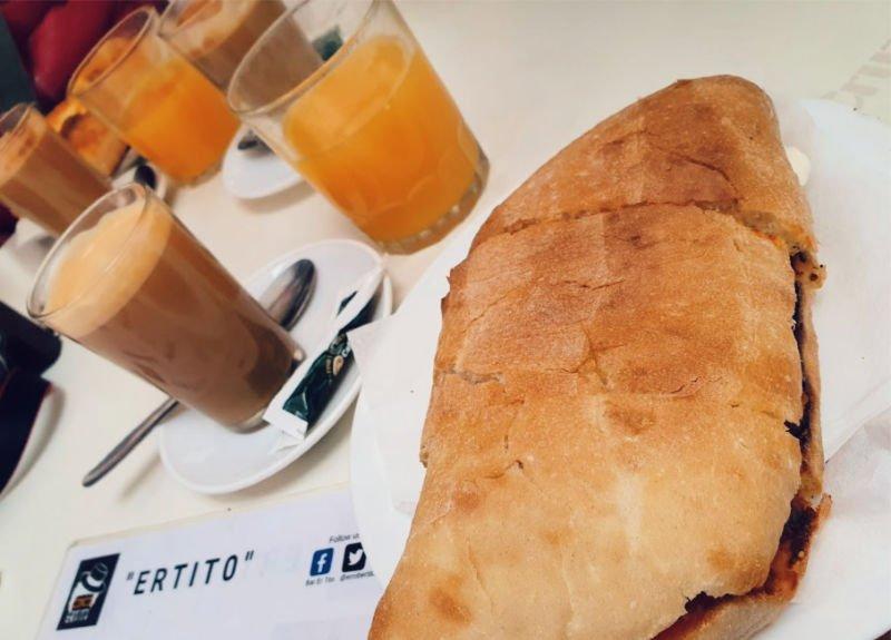 Desayuno con tostada de toda la vida en Sevilla