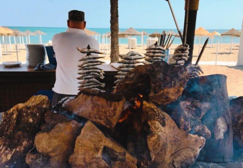 Espetos de sardinas en las playas de Málaga