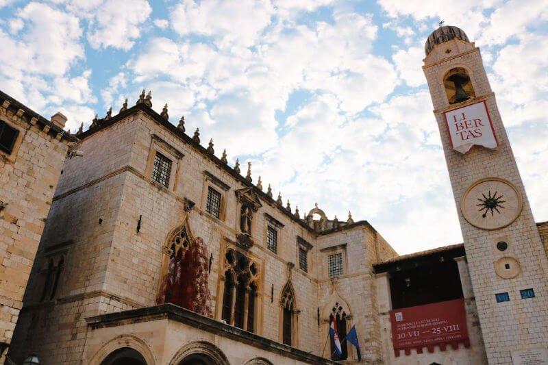 La Plaza Luza es la principal y más bonita