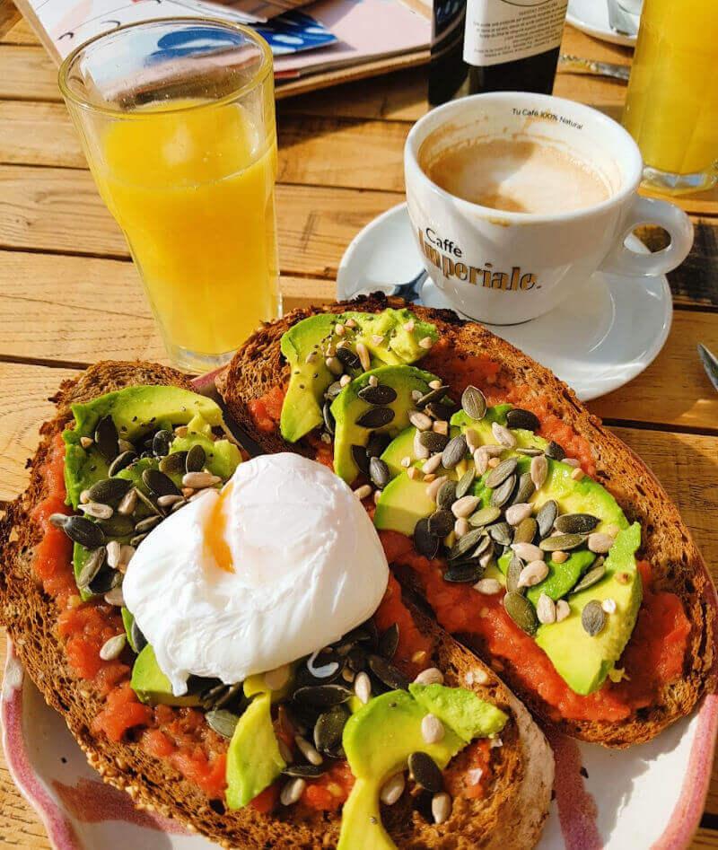 Tostada con aguacate: desayunar en Sevilla