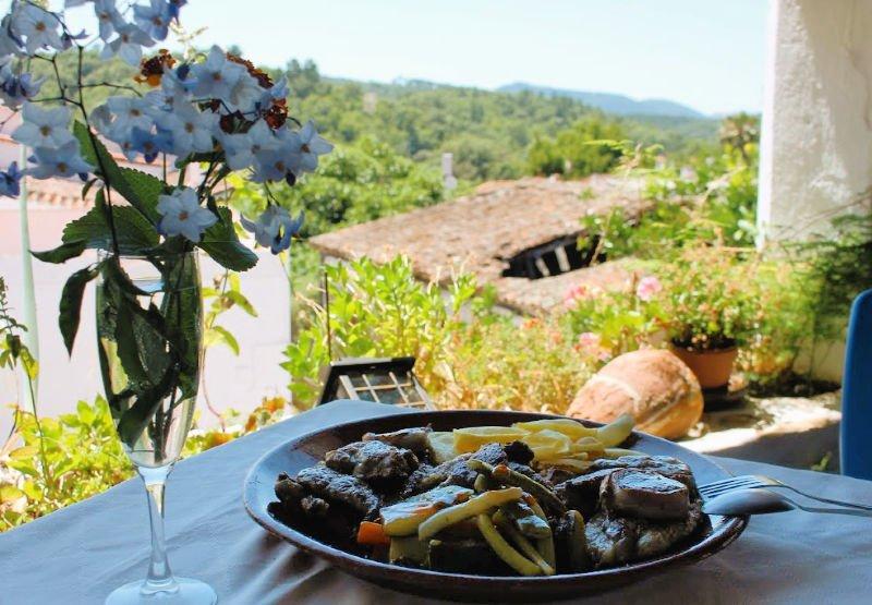 Carne a la brasa y buenas vistas en Castaño de Robledo