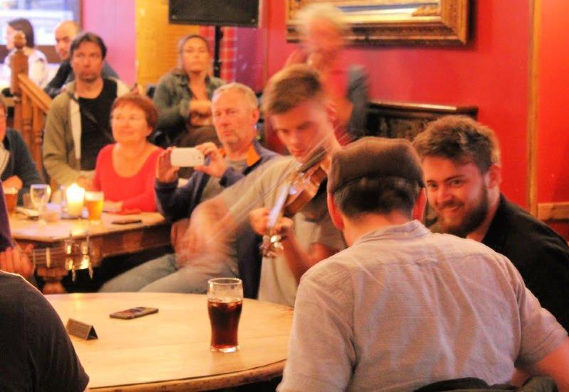 En los pubs de Escocia hay música en directo