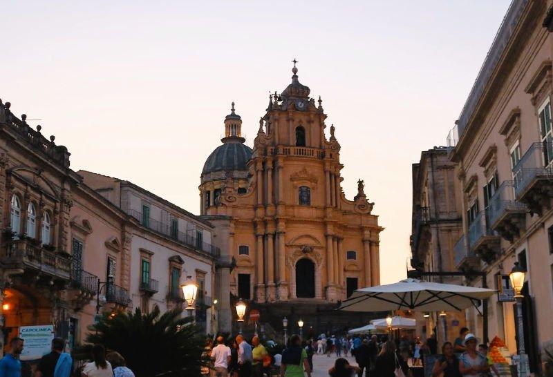 La Piazza del Duomo y su imponente catedral