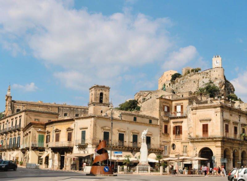 Castillo de los Condes con reloj - Turismo de Módica