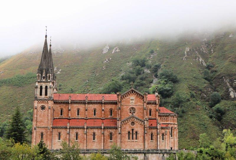 El precioso Santuario de Covadonga entre la niebla