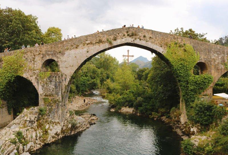 El Puente de Cangas de Onís y su cruz