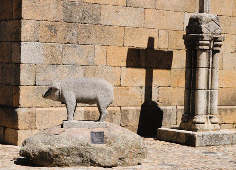 Escultura al cerdo comunitario del pueblo