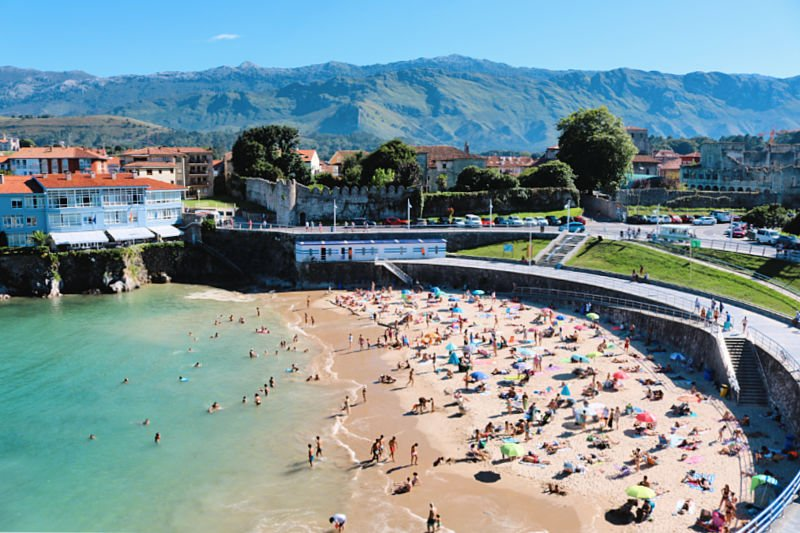 La Playa del Sablón en Llanes es media luna - Viaje a la costa asturiana