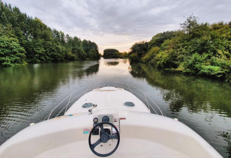 Alquilar un barco sin licencia para turismo fluvial
