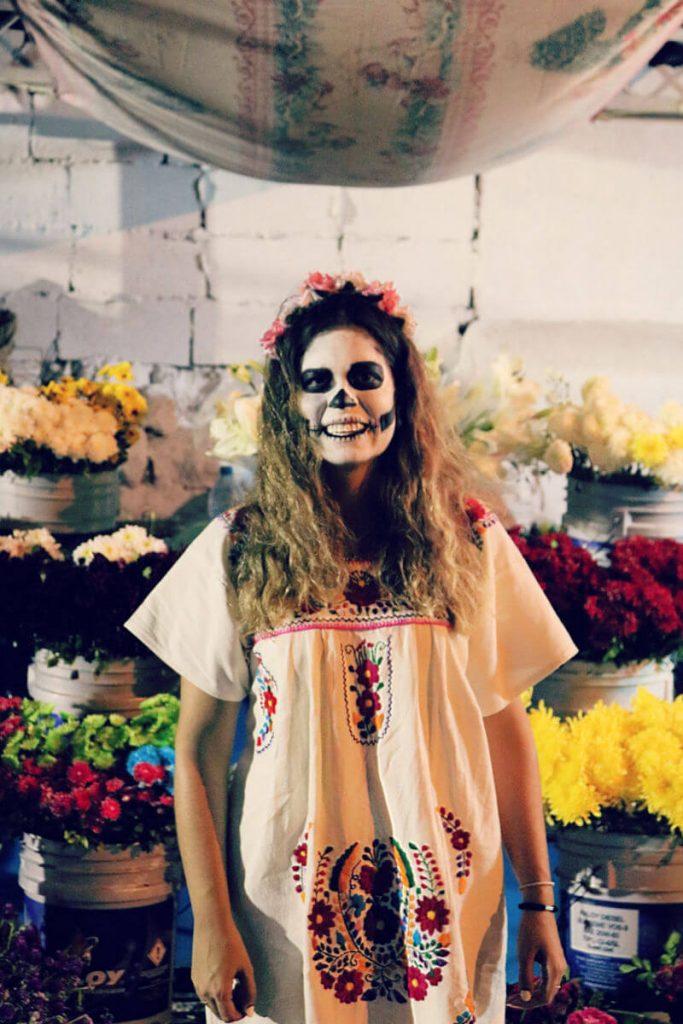 Claudia pintada de Catrina para la Noche de los Muertos