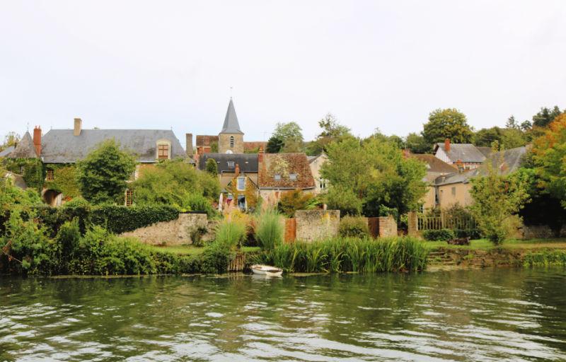 Vistas de Avoise en nuestra ruta navegando sin licencia en el Sarthe