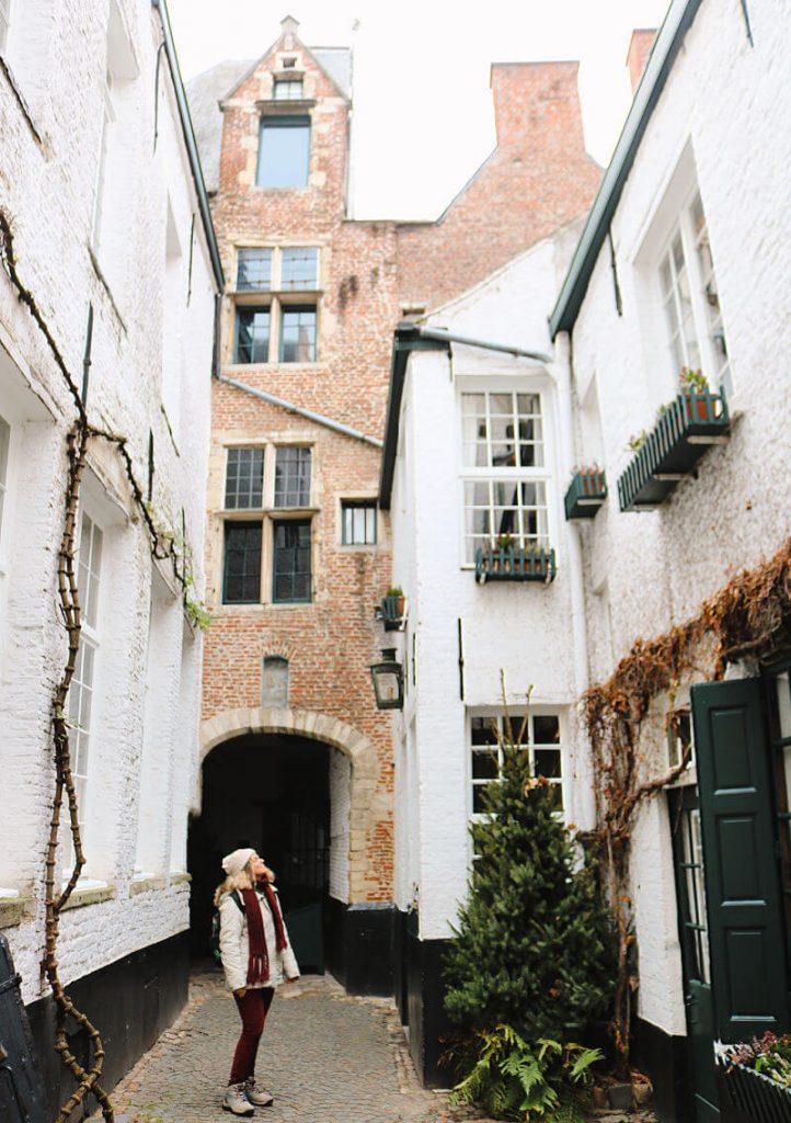 El callejón Vlaaikensgang, un rincón secreto que ver en Amberes