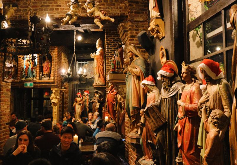 Pub de cervezas lleno de imágenes de santos