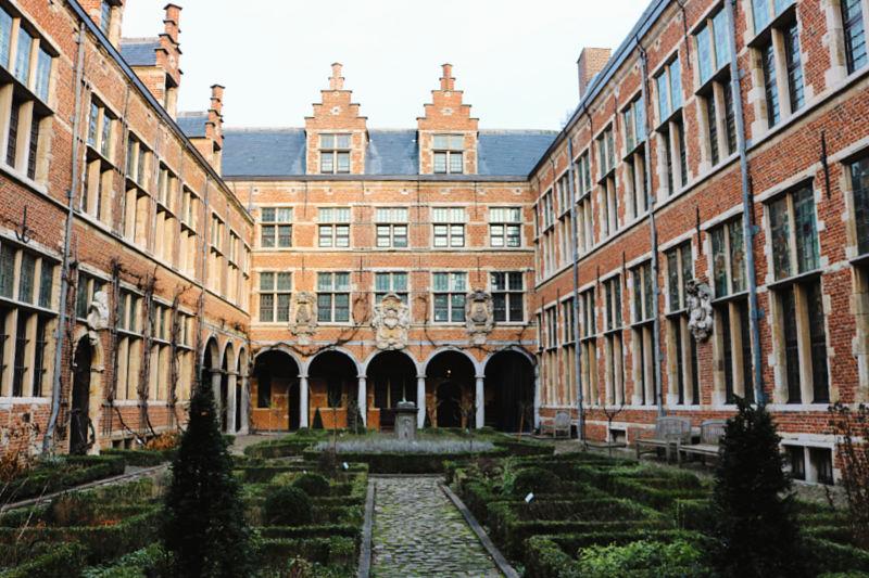 Visitar el precioso Museo Plantin-Moretus y ver sus imprentas