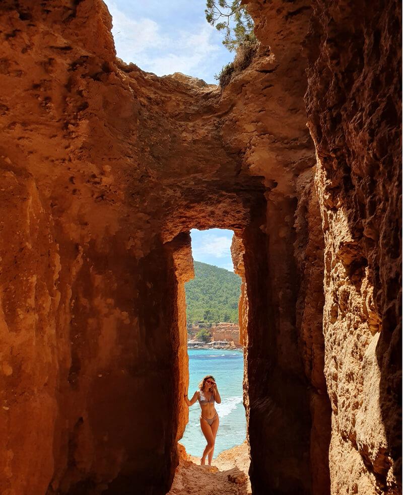 Foto cueva agujero Sa Caleta - Mejores calas de Ibiza