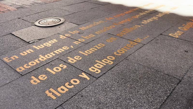 Fragmentos de obras en el suelo - Qué ver en las Letras