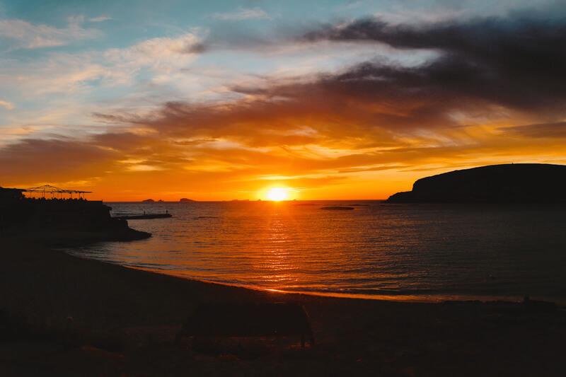 Ver atardecer en Ibiza desde la espectacular Cala Conte - Playas más bonitas de Ibiza