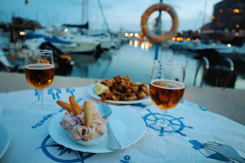 Cena en el puerto con pescado frito