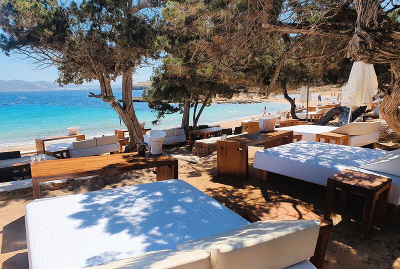 Mejores beach clubs de Ibiza: Cala Bassa