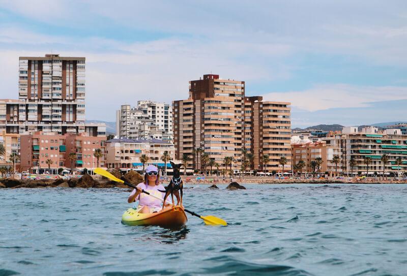 Practicando kayak con Bora en el mar