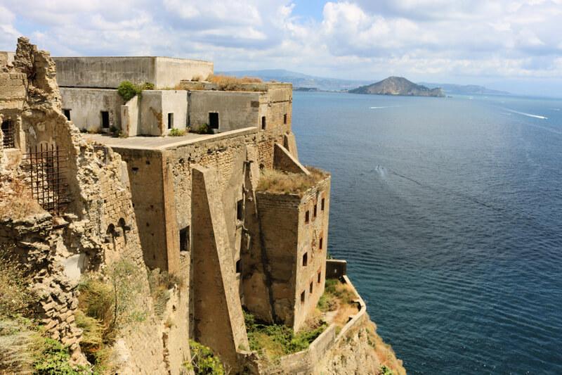 Palazzo d'Avalos, uno de los monumentos principales que visitar en la isla