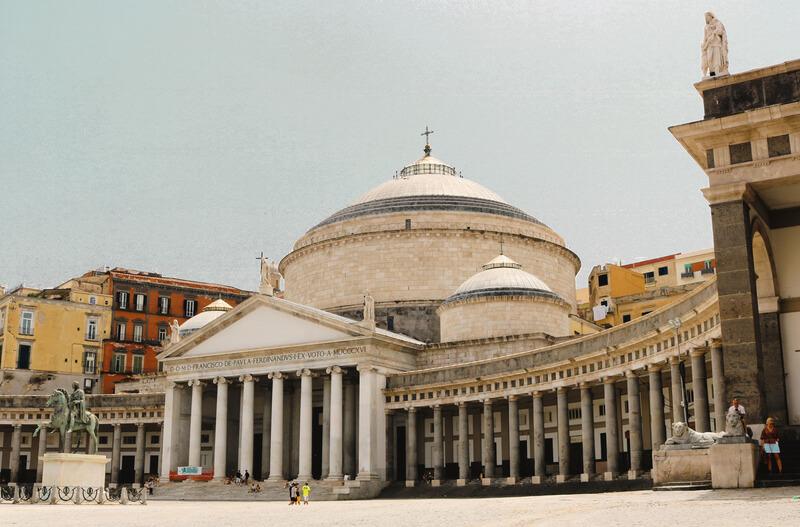 Plaza del Plebiscito, uno de los monumentos imprescindibles de Nápoles