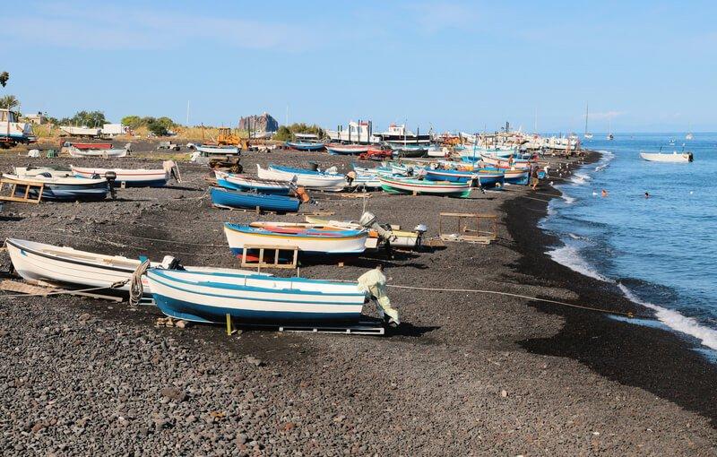Playa volcánica de Estrómboli, uno de los volcanes más activos del mundo